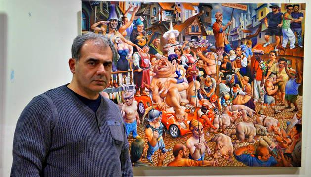 Zaza Papidze ante uno de los cuadros que expone en Castejón.