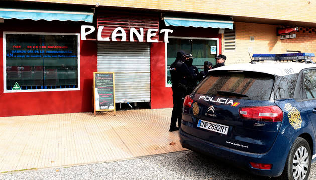 Agentes de la Policía Nacional, a las puertas del bar Planet, en el barrio de Miralbueno de Zaragoza.