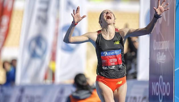 Estela Navascués, emocionada al cruzar la meta.