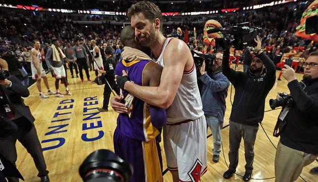Pau Gasol abraza a Kobe Bryant.