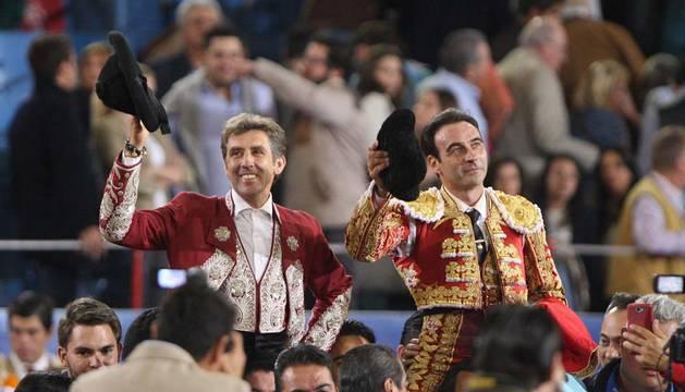 Hermoso de Mendoza y Enrique Ponce, a hombros en la Monumental.