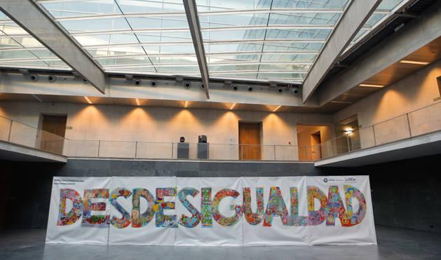 El artista Jabier Landa ha realizado un grafiti contra la desigualdad en el Parlamento.