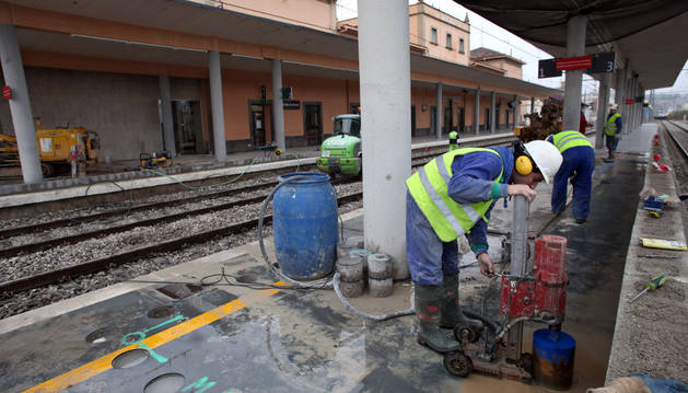 Varios operarios trabajan en las obras de mejora de la accesibilidad en la estación de tren de Tudela.