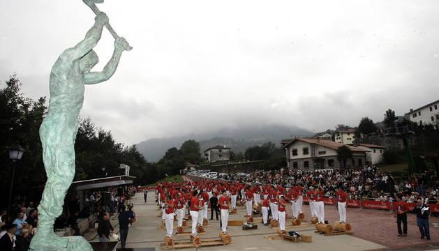 El tributo dispensado a su figura, inmortalizada en una escultura en la plaza de su nombre, citó a 150 aizkolaris en 2007.