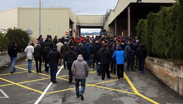 Trabajadores de TRW entran en las instalaciones de la multinacional en Landaben.