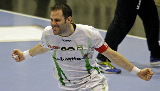 Miguel Goñi celebra un gol en Anaitasuna.