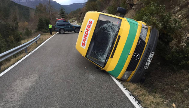La furgoneta implicada en el accidente terminó volcando.