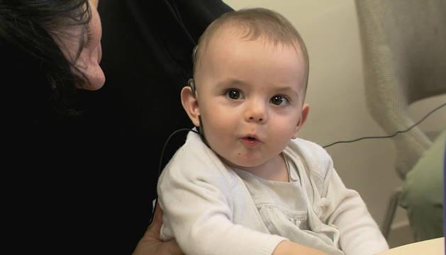 Sira, con 8 meses, escucha por primera vez la voz de su madre Pilar.