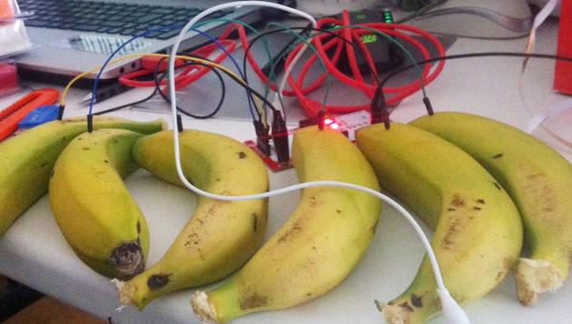 Un instrumento musical hecho con fruta.