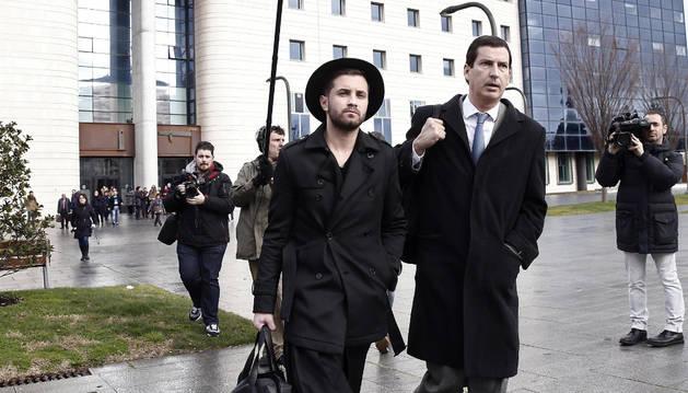 Abel Azcona declara como investigado ante el titular del Juzgado de Instrucción número 2 de Pamplona por una exposición con supuestas formas consagradas.