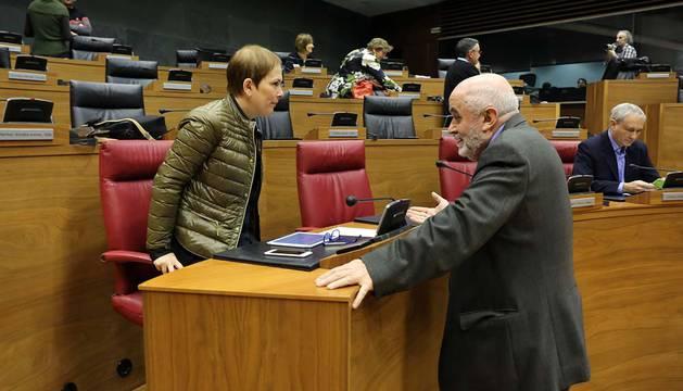 Uxue Barkos y el consejero Mendoza en el Parlamento.