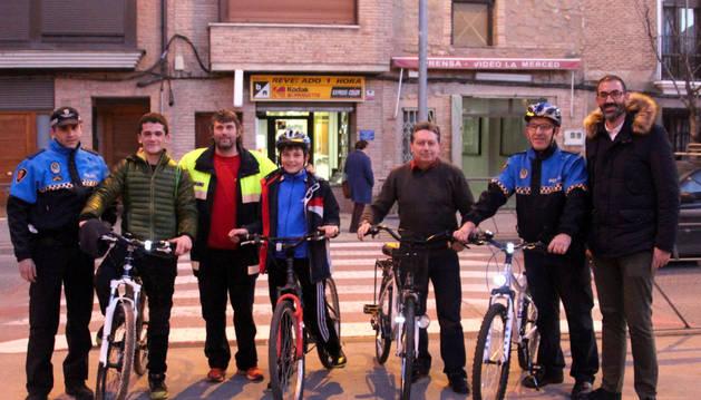 El alcalde Gorka García -a la dcha.-, junto a dos agentes de la Policía Municipal y tres vecinos con sus bicis.
