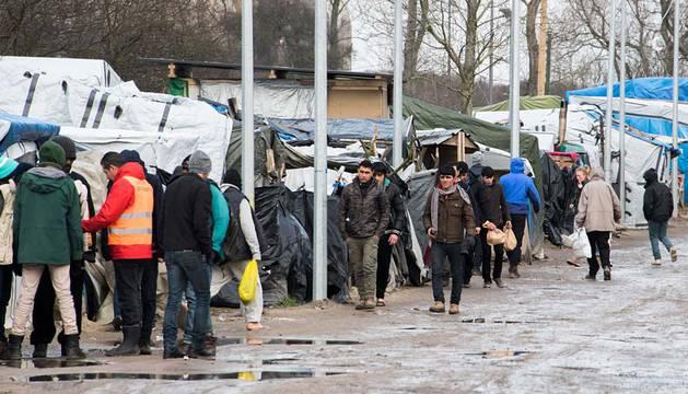 Varios inmigrantes, en el campo de inmigrantes de Calais.