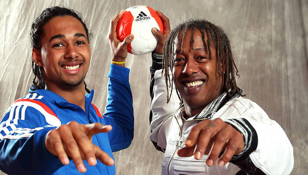El exjugador del San Antonio Jackson Richardson posa con su hijo Melvyn, actual primera línea del Chambéry.