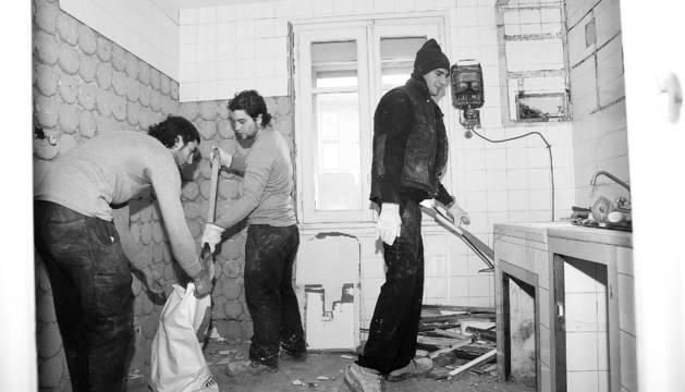 Tres de los once jóvenes contratados por el Ayuntamiento de Pamplona rehabilitan una vivienda en San Pedro.