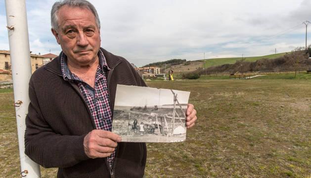 Paco Amóztegui sostiene en sus manos una fotografía antigua de las salinas en el mismo lugar donde estuvieron.