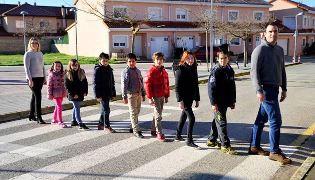 Los siete alumnos cruzan por un paso de peatones de Barásoain.