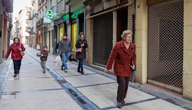 La calle Mayor de Estella es una de las vías que más escaparates cerrados ha acumulado.