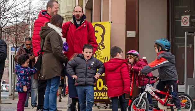 Escolares de Estella ayer a la salida de las clases en el cruce del paseo de la Inmaculada.