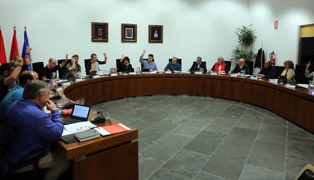 Un momento de las votaciones el pasado jueves en el pleno de Zizur Mayor.