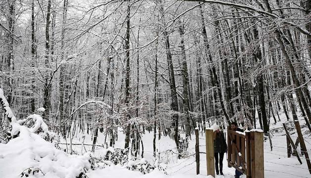 Dos personas disfrutan de la nieve en Mezkiritz.