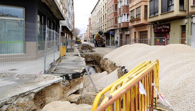 Las obras de sustitución de redes ya en ejecución en la calle Martínez de Espronceda de Tafalla.