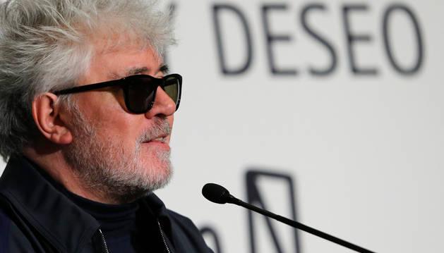 El cineasta Pedro Almodóvar durante un encuentro con el artista Miquel Navarro, organizado en el marco de la Feria ARCO.