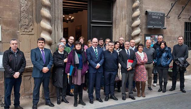 El vicepresidente Manu Ayerdi, junto al alcalde Ángel Navallas, y otras autoridades.