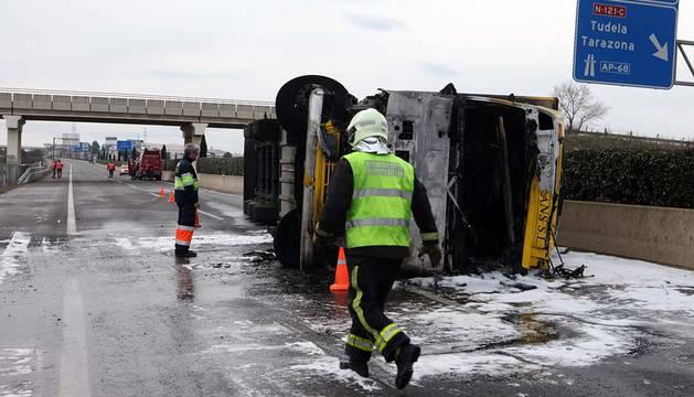 Los servicios de emergencia, junto al camión accidentado.