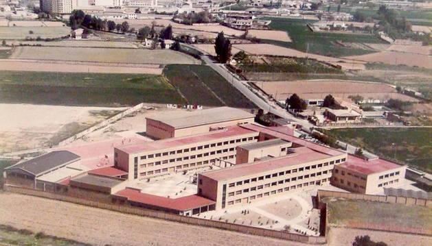 Una imagen del Instituto Benjamín de Tudela en el inicio de su andadura, rodeado de terrenos aún sin urbanizar y con la ciudad al fondo.