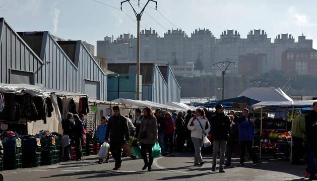 Varias personas comprando en el mercadillo de Landaben.
