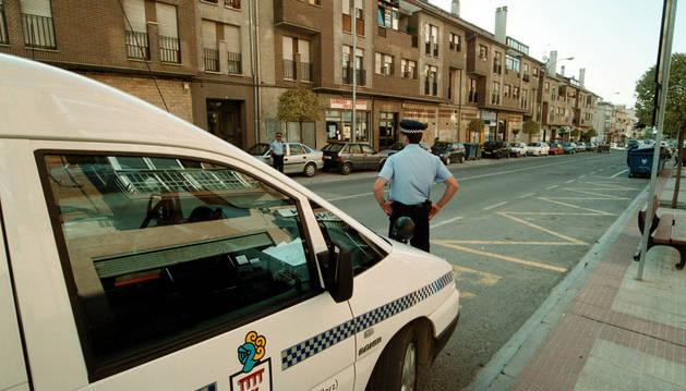 Dos policías municipales vigilan la calle Real de Noáin.