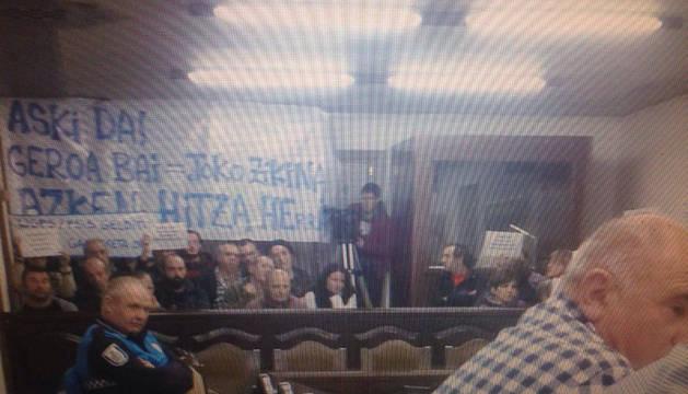 Imagen del pleno difundida en las redes sociales, con la plancarta del grupo de opositores a Aroztegia.