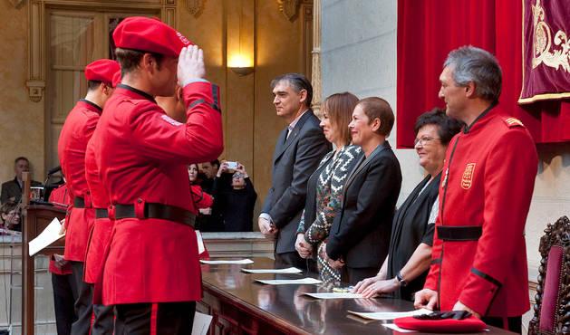 Varios de los agentes galardonados saludan a las autoridades.