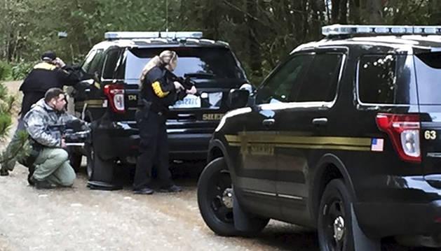 Oficiales de policía vigilan la zona del tiroteo.