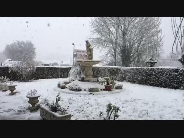 La nieve cae en la fuente La Ventera de la Venta de Udabe