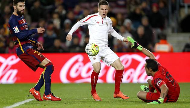 El líder no falla ante un Sevilla que le complicó el encuentro (2-1)