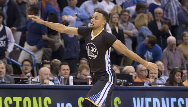 Curry celebra su triple decisivo.