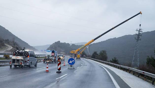 El riesgo de caída de una torre de alta tensión corta la AP-15 y deja sin luz a 800 personas