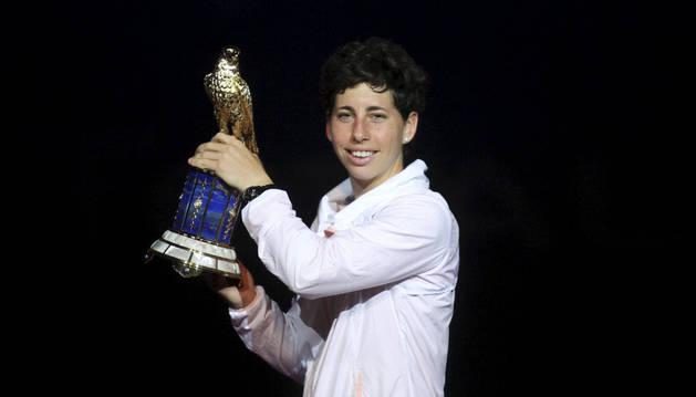 La española Carla Suárez celebra su victoria en la final del torneo de tenis Doha.