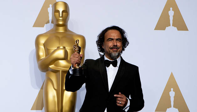 El director González Iñárritu posa con su Oscar a mejor director por 'El renacido'.