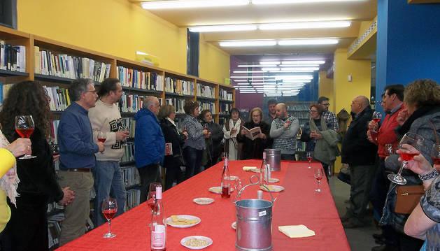 Participantes en la cata de vino que tuvo lugar durante la jornada poética en la biblioteca de Murchante.