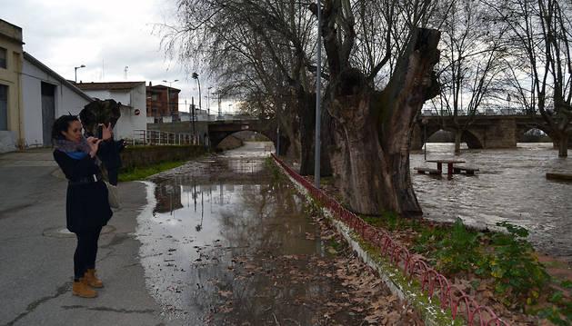 Una vecina fotografía el Ferial de Lodosa inundado.