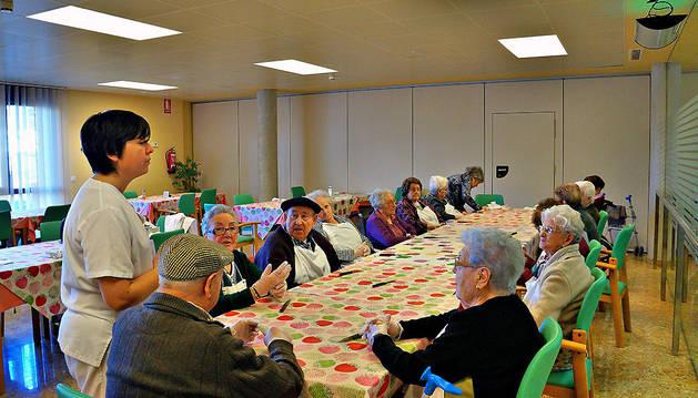 Participantes en el taller de cocina para personas mayores que se realiza en la residencia San José.