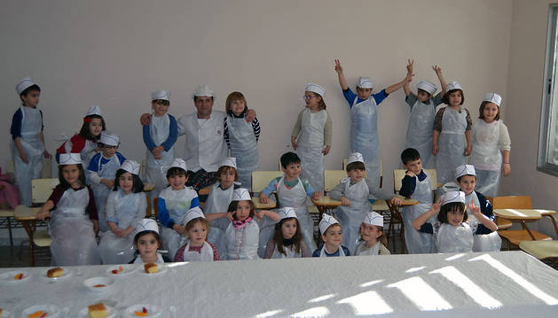 Los asistentes al taller de repostería posaron juntos tras haber concluido la clase y preparar los postres.