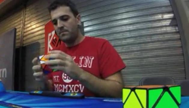 ulio Perugorria Lorente, de 32 años de edad, durante un ejercicio con el cubo Skweb.