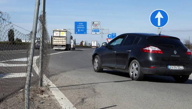 Un vehículo accede a la autovía a través del camino del Instituto justo por el punto donde el Gobierno foral cerrará esta conexión.