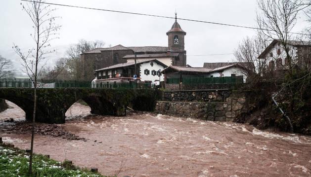 Imagen del río Baztan, a su paso por el centro urbano de Erratzu.