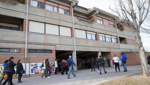 Padres y madres acuden al colegio San Julián a esperar la salida de sus hijos ayer por la tarde.