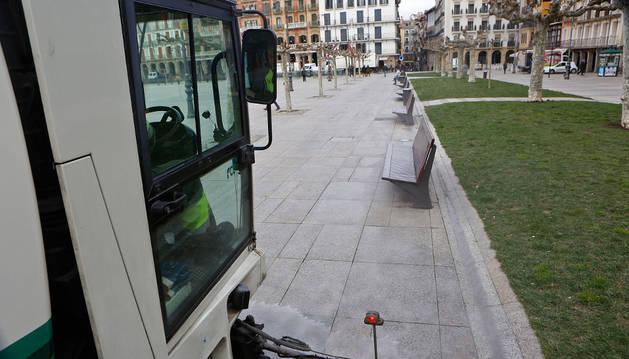 Una máquina barredora limpia la Plaza del Castillo durante la mañana de ayer martes.